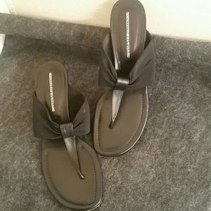 Donald j. Pliner thong Sandal with kitten heel sz9